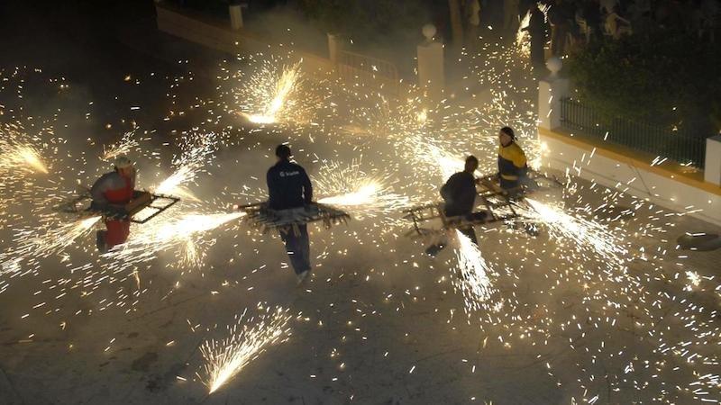 Fiestas 2018: El Toro de Fuego prende la llama en Barrax